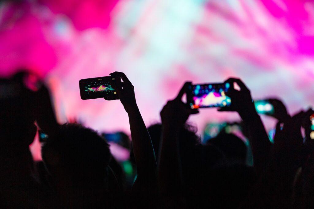 merekam-video-pakai-smartphone-secara-horizontal-konser-musik